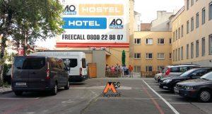 Ohne Probleme erreichten wir um 13.30 Uhr unsere Unterkunft, das A&O Hotel** Wien-Stadthalle am Lerchenfelder Gürtel in Wien wo wir gleich eincheckten und unsere Zimmer beziehen konnten. Es ist ein einfaches, aber sehr sauberes Hotel, das sehr zentral liegt (öffentliche Verkehrsmittel fast vor der Tür) und zudem noch Parkplätze für unsere 2 Kleinbusse im hoteleigenen Innenhof hatte.