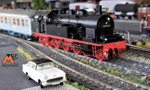 Baureihe 078 - im Vordergrund Opel Oldtimer