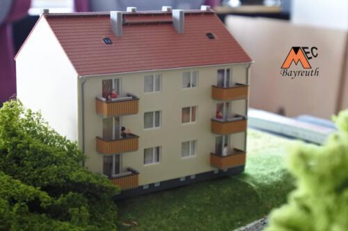 Wohnhaus mit belebten Balkonen